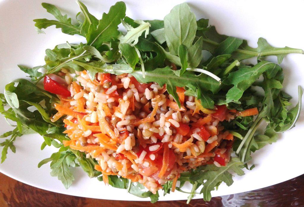 Minerali e vitamine con il riso freddo, lenticchie e verdure