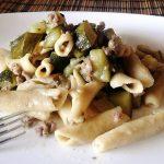 Primo piatto veloce, sano e completo: pasta integrale con zucchine e macinato di vitello