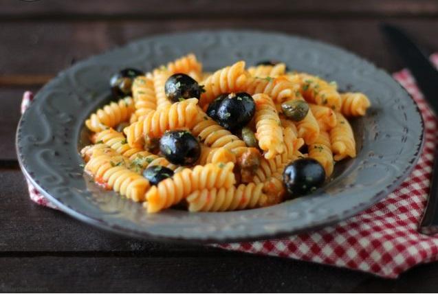 Pasta di lenticchie con olive, capperi e pomodori secchi: vegetariano, saziante e proteico