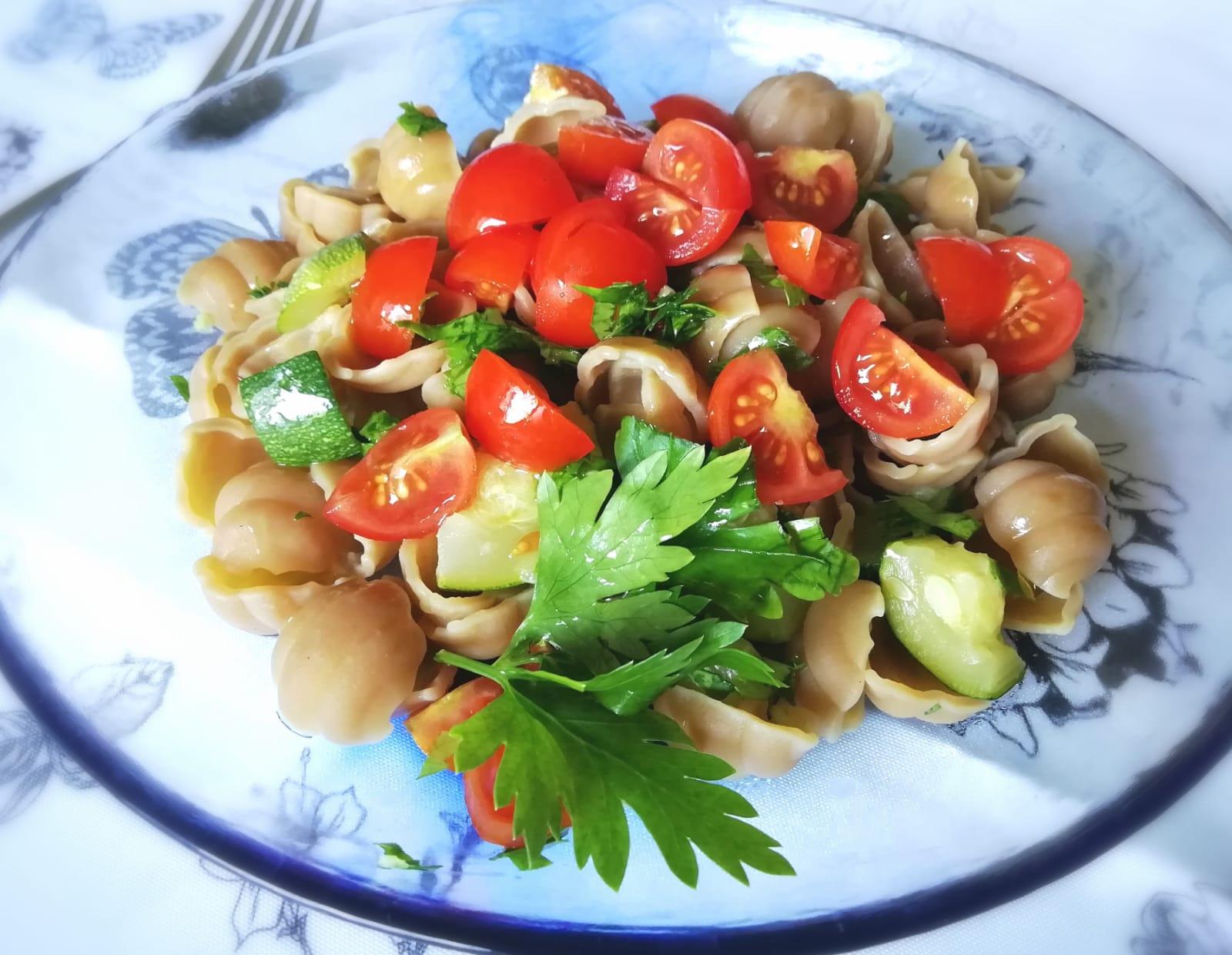 Il cibo che protegge: pasta di piselli con zucchine, pomodorini, prezzemolo